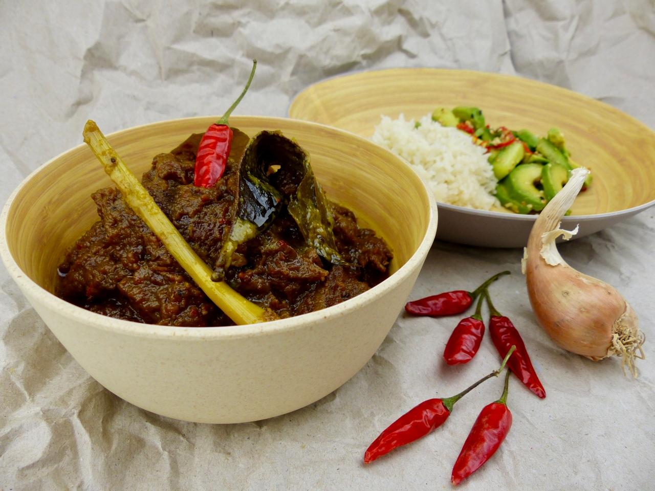 Rendang Daging Sapi – in Kokosmilch geschmortes Rindfleisch aus der indonesischenPadang-Küche
