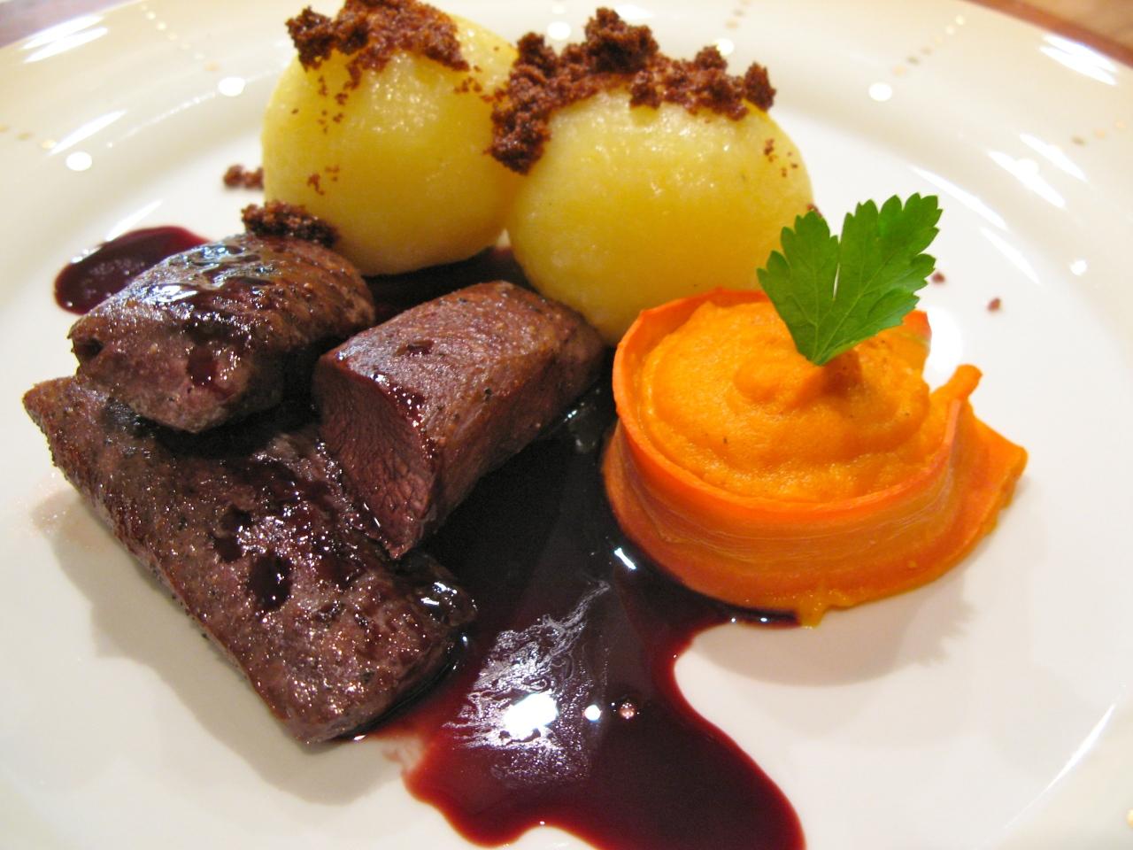 Hasenrücken mit Karottenpüree, Knödeln undDemi-Glace