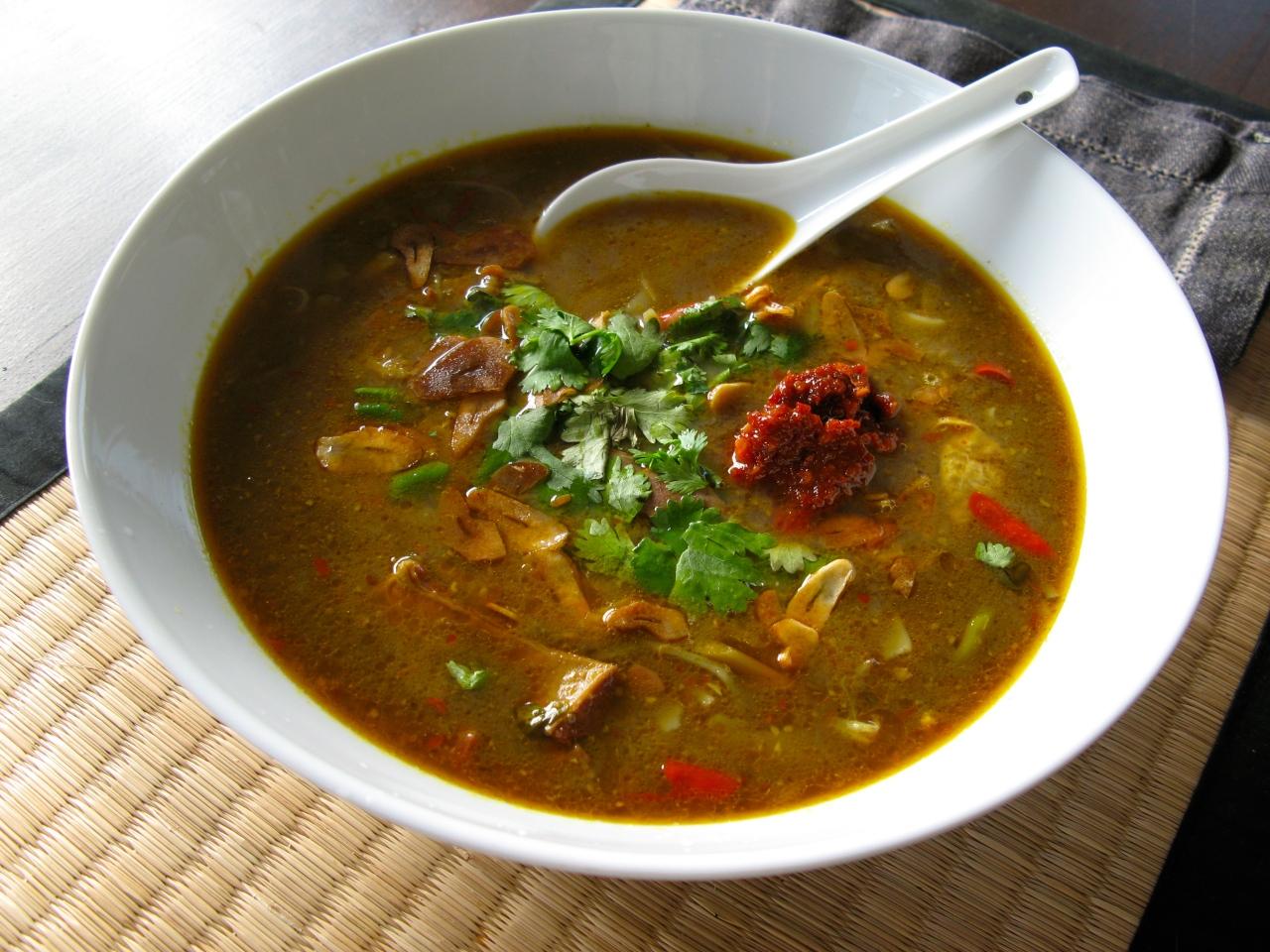 Soto Madura – indonesische Suppe mit Innereien, Reisnudeln undGemüse