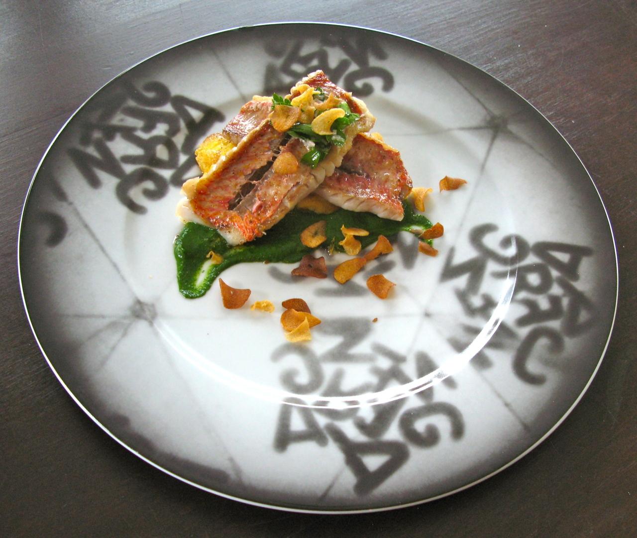 Fish and Chips | Rotbarbe, Knoblauchküchle & Chips, Petersiliecoulis – ein Gericht von ThomasKeller