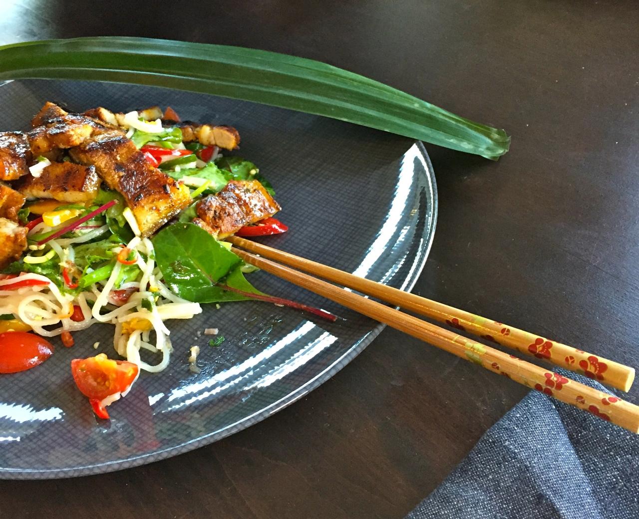Vietnamesischer Reisnudelsalat mit geröstetemSchweinebauch