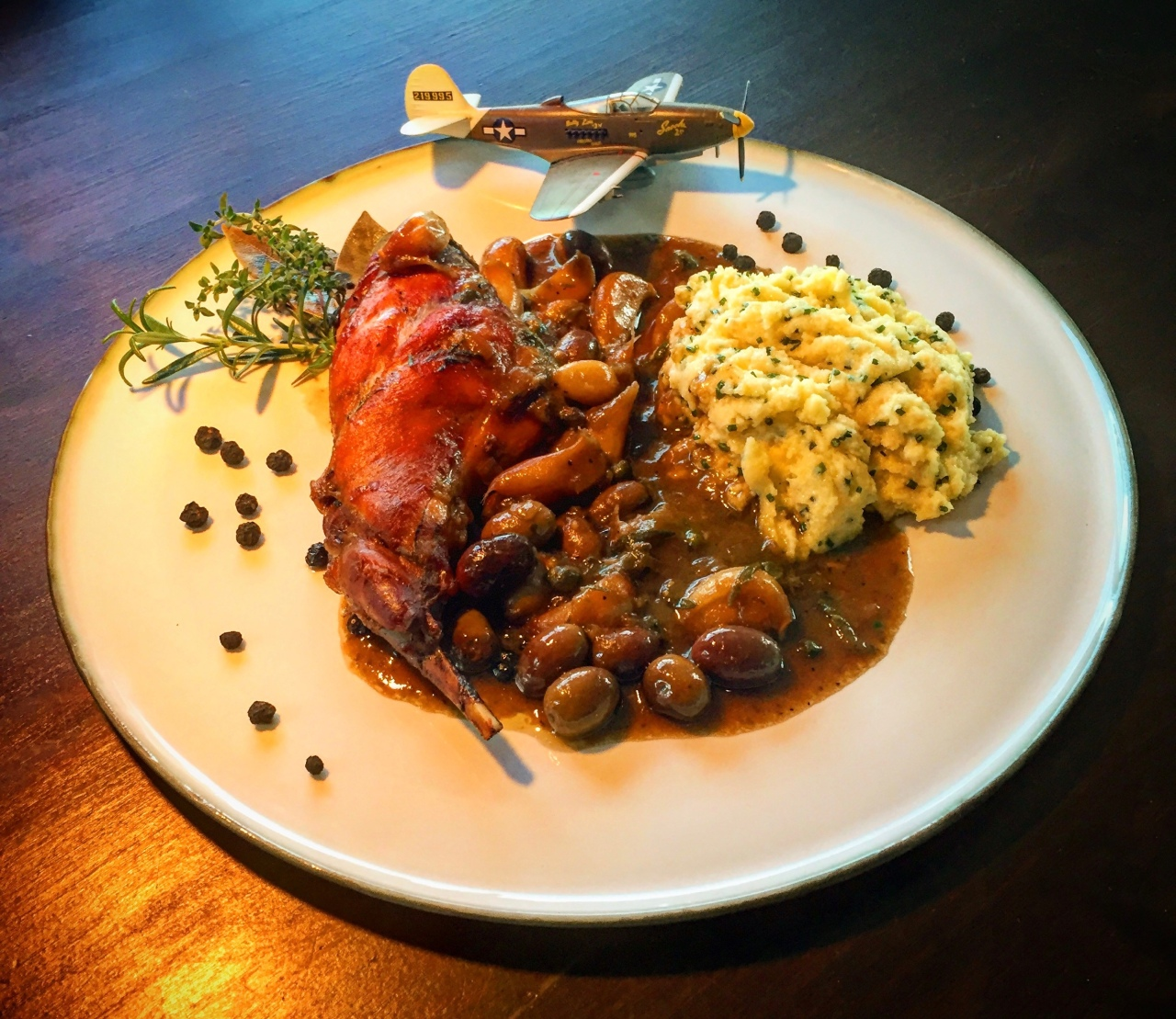 Kaninchen | Knoblauch | Oliven – mit Polenta aus derWokpfanne