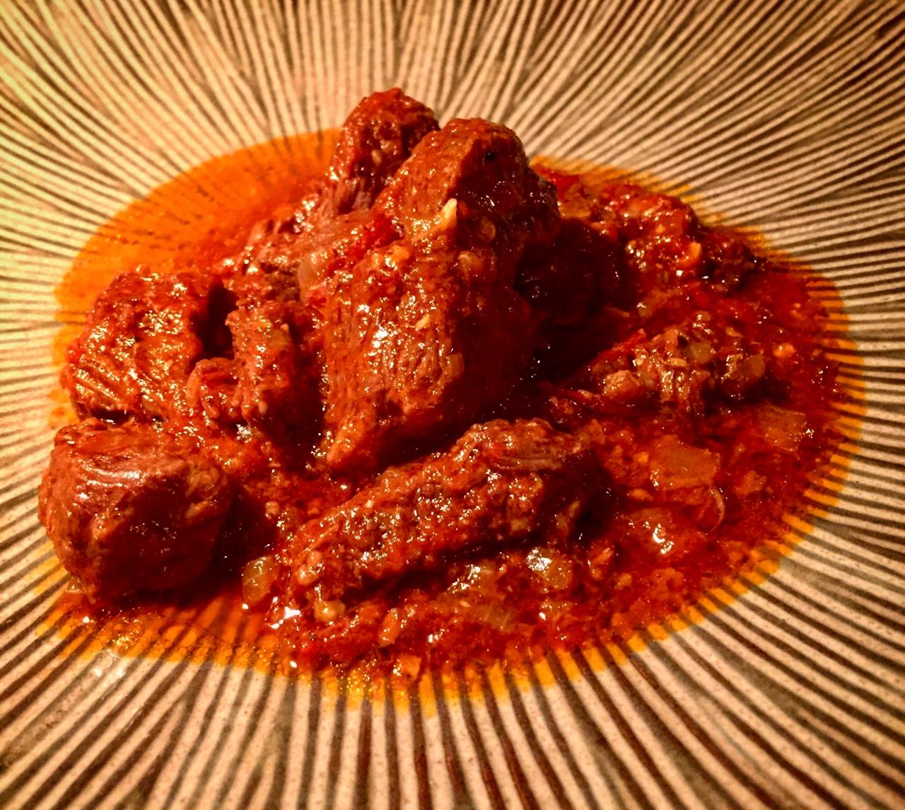 Gulasch 'nordafrikanisch' | Beef Stew | Tajine (und eine Fleischlügeaufgedeckt)