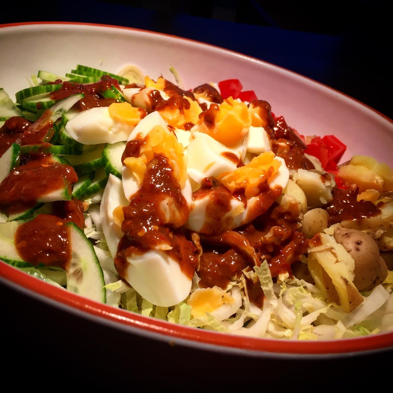 Gado Gado: Indonesischer Salat mit scharferErdnussauce