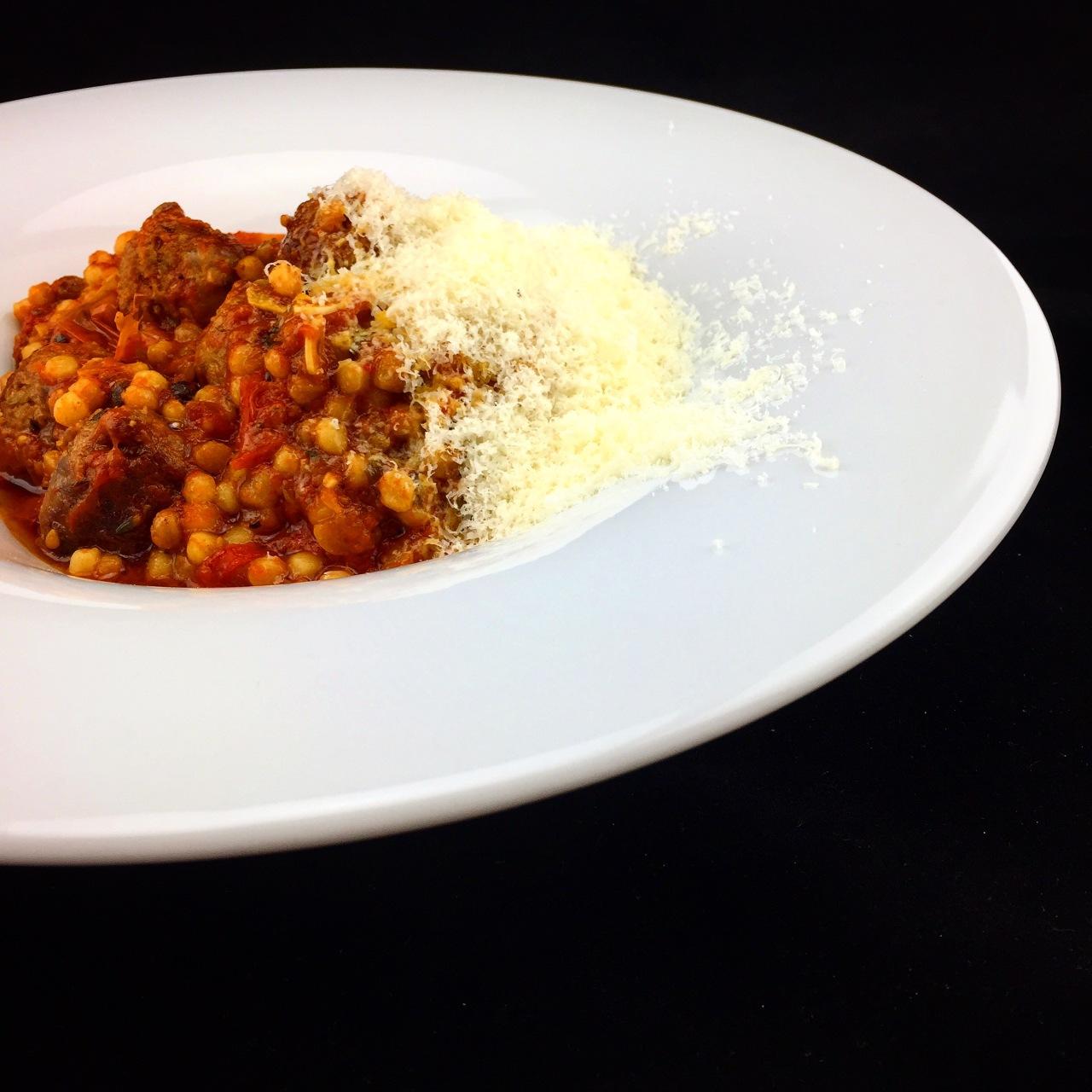 Bratwurst-Polpette | Tomaten | Fregola SardaTostata