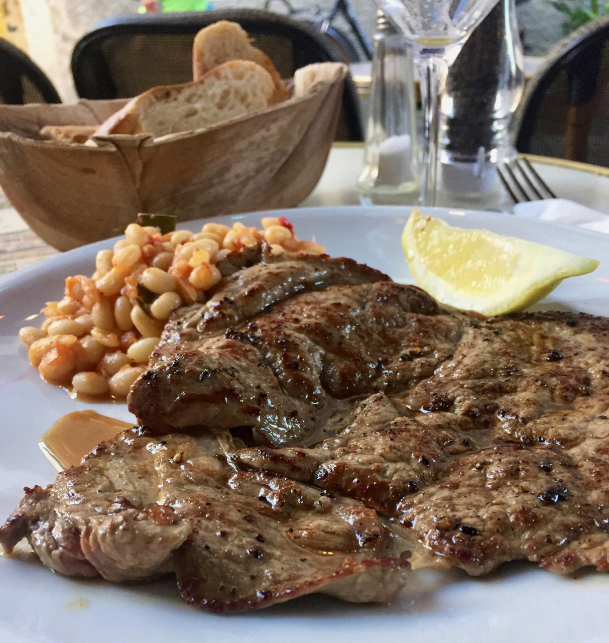 Bifteck de Veau – Pariser Kalbssteak mit weißenBohnen